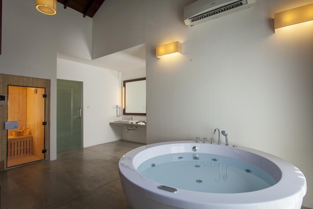 Calm Resort & Spa whirlpool